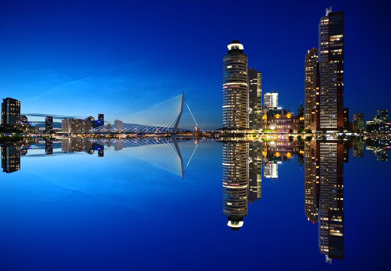 Rotterdam di notte vista dall'acqua